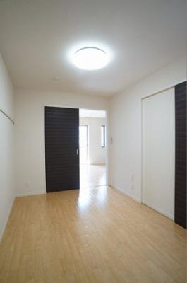 壁面収納の5.4帖の洋室。