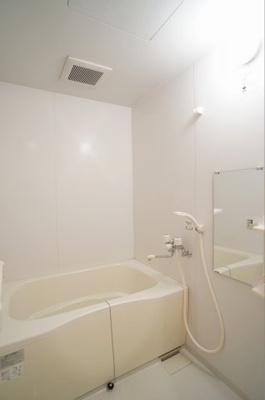 追い焚き給湯付きバスルーム。