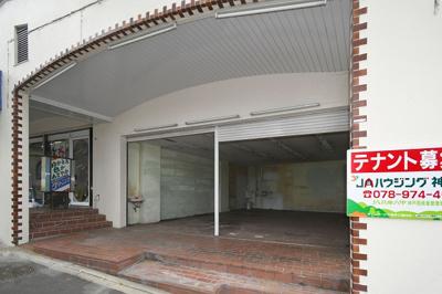 店舗前面。間口約6.5m。歩道(公道)との間に、約2mほどのテラス有ります。