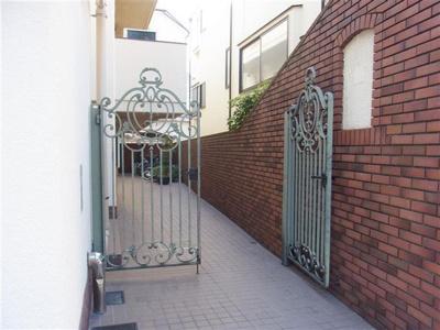 東急東横線「代官山」駅徒歩圏内、総戸数7戸の低層マンション。