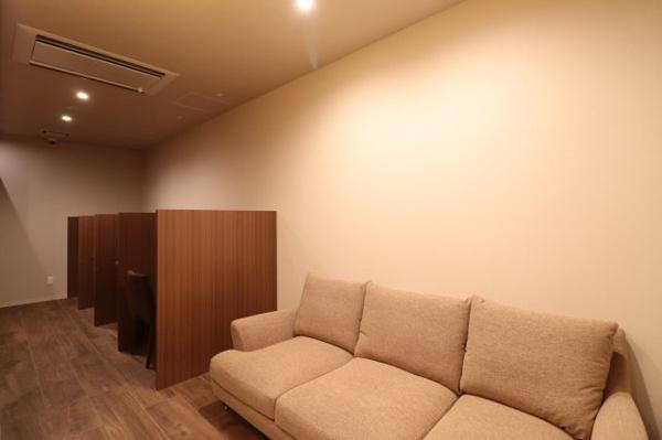 【ライブラリー】1階コンシェルジュカウンターの真裏にライブラリーがございます!