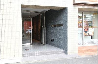 マンションの1階部分にコンビニがあり、大変便利です。