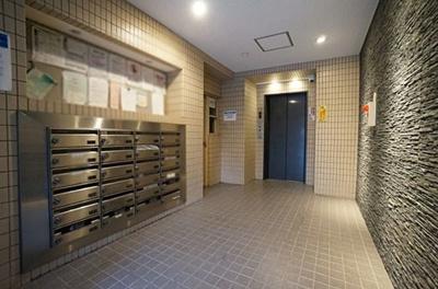 郵便受けのあるエントランス部分です。管理が行き届いています。