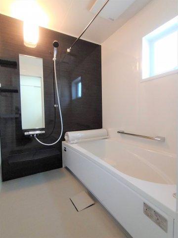三面鏡タイプの洗面台。鏡裏は細々した洗面用品の収納に最適♪湯温や水量をレバー1つで調節可。撮影:2021.09.13