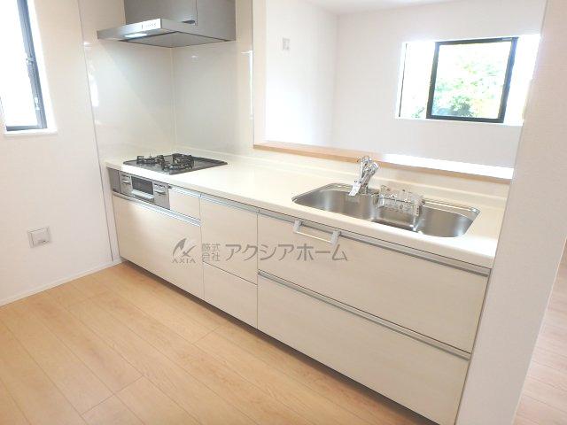 白を基調とした清潔感あるお手入れしやすいキッチンです。窓があるので換気機能も十分ですね。