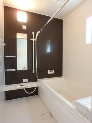 足を延ばせる1坪タイプの浴槽でバスタイムをゆっくり寛いでください。