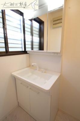 1階 朝の支度にも助かる、独立の洗髪洗面化粧台