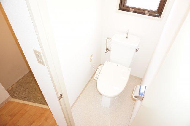 窓付きのトイレは明るく換気もラクラクです。