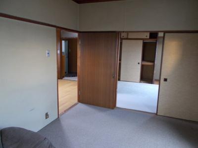和室に絨毯敷き