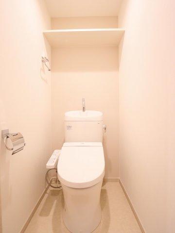 冬は便座も温水も温かく快適なシャワー付トイレ。 上部には収納棚を設置◎