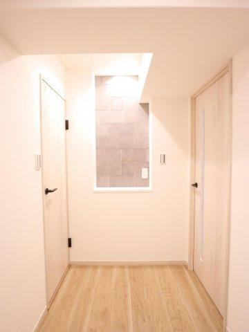 部屋全体がホワイトの壁とナチュラルなフローリングで、あたたかみのある空間に仕上がりました