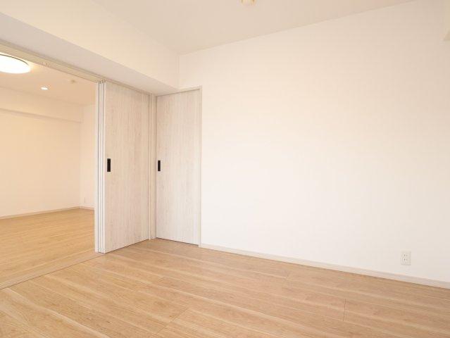 リビング横の洋室は明るく採光がとれ、大容量のウォークインクローゼットがあります。実際にお住まいされる多くの方に喜ばれる設計です♪