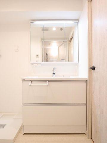 朝の身支度に便利なゆとりある三面鏡付きの洗面台です!鏡裏、洗面台下部など収納スペースがたっぷり設けられています