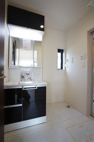 鏡の上の収納棚もあり収納スペース充実の洗面台です。鏡が3面になっているので朝の準備も快適にできますよ。