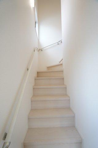 手すりのついた階段で安心です。
