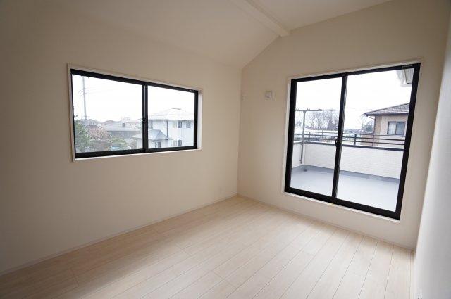 6帖寝室は勾配天井で開放感があり、おしゃれなお部屋です。南向きのお部屋で陽光いっぱい、風通しも良いですよ。バルコニーに出られます。