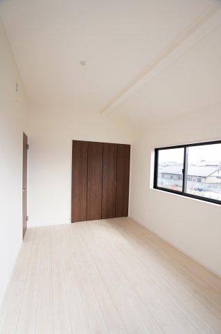 クローゼットが埋め込み式なのでお部屋がすっきりと使えます。