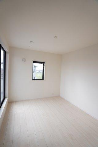 白壁と白のフローリングの5.2帖の洋室です。フローリングならではの木目の自然な風合いを良く感じられ、おしゃれな雰囲気のお部屋です。
