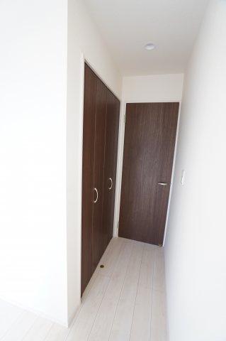 ドアを開けると右側にクローゼットがあります。