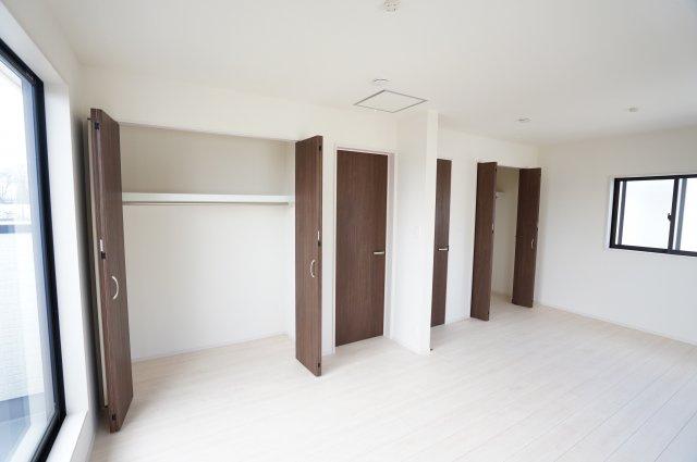 分割した時もそれぞれにドア、クローゼット、窓のあるお部屋になります。