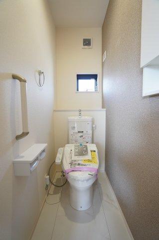 2階トイレがあり安心ですね。手すりも設置されています。