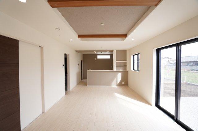 折上天井で開放感がありおしゃれなお部屋です。18帖のLDKはダイニングテーブルやソファーを置いても十分な広さがあり、家族の集まる憩いの場になりますね。