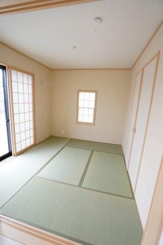 5.2帖の和室です。南向きの明るいお部屋でお子様がお昼寝するスペースにも良いですよ。子育て世帯にあると嬉しいお部屋です。キッチンからも見えて安心です。窓にはシャッターがつき防犯性がありますよ。
