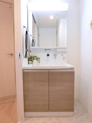 【現地写真】 三面鏡が付いた洗面台はお掃除やメンテナンスが楽です。スペースを確保した洗面所はゆとりある広さの設計となっております♪