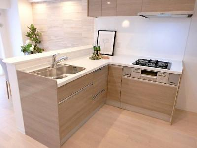 【現地写真】 夫婦そろってキッチンに立っても調理がしやすくゆとりある広さ。食器類もすっきりと片付く収納力が期待できます♪