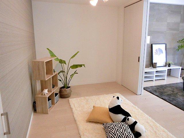 【現地写真】カスタマイズして頂けるように「シンプル」にデザインされた室内。自由度が高いので家具やレイアウトでお好みの空間を創り上げられます♪