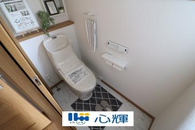 いつまでも清潔な空間であって頂けますように、目に留まるだけではなく、汚れをふき取り易いフロアと壁紙をチョイス致しました。洗浄便座になっておりますので、とても清潔にご使用いただけます。