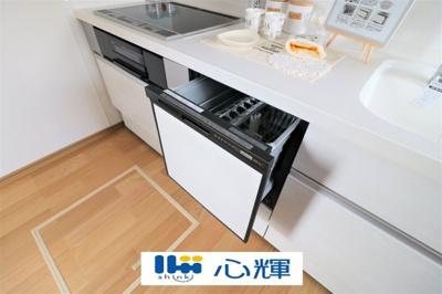 食後の手間を解消する食器洗い乾燥機を標準装備。まとめて洗えて、節水効果もあります