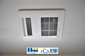 浴室換気・乾燥・暖房機です。冬場の予備暖房、夜間や梅雨時の衣類乾燥、カビ対策などに活躍します。