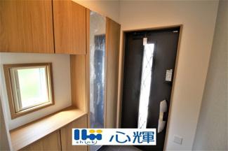 家の顔となる玄関。 収納部分を多く採用し、スッキリとした広さを確保出来ました。