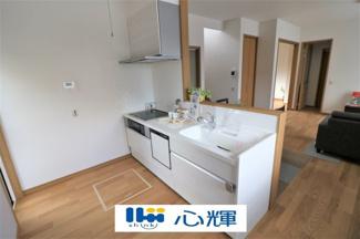 充分なスペースを実現したキッチン空間となっております。寛ぐ方とお料理をされる方の一体感を重視した設計のキッチンです。