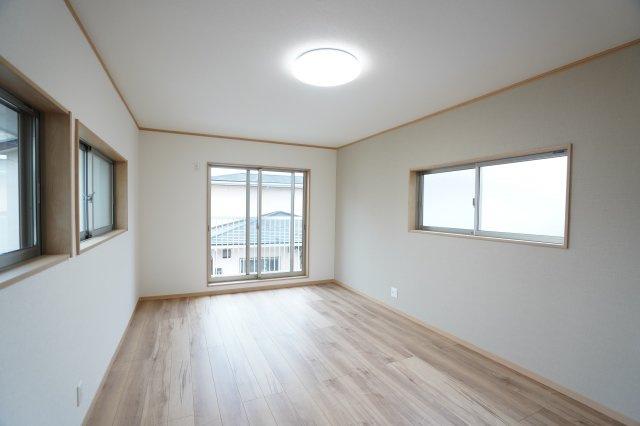 2階10帖 バルコニーがあるお部屋です。大きな窓から明るい光が差し込み明るいお部屋です。