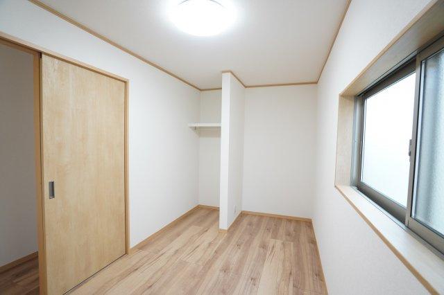2階4.67帖 オープンクローゼットです。枕棚付きで、お洋服やカバンなどを収納できます。