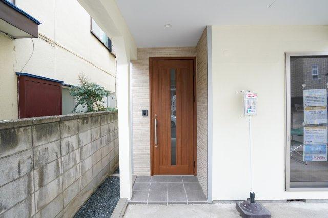 木目調の玄関ドアでやさしく迎え入れます。