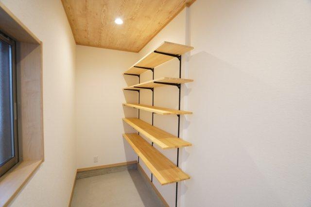 壁面の収納棚で靴もたっぷり置けます。窓があるので換気もできていいですね。