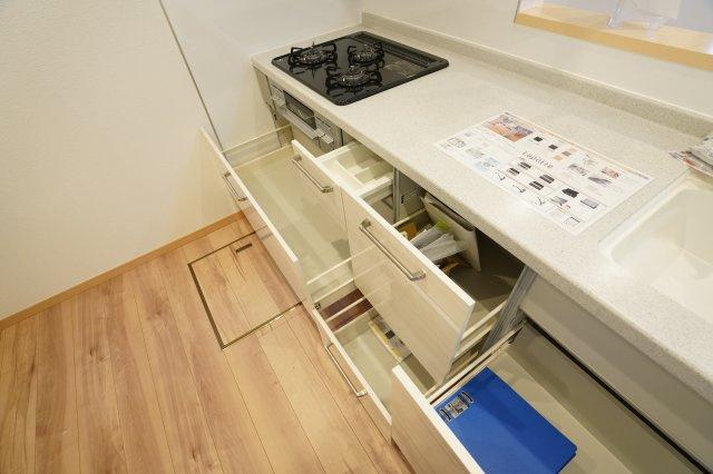 シンク下のスライド収納で大きいお鍋やフライパンも整理して収納できます。