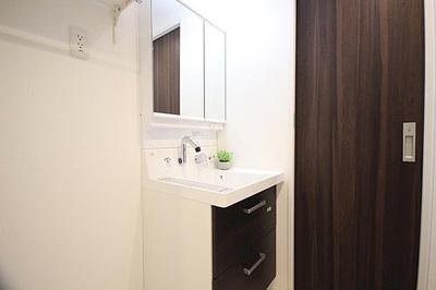 リノベーション済で清潔感たっぷりな洗面スペース