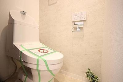 シンプルな温水洗浄機能付きトイレです