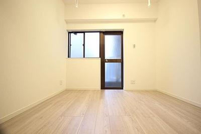 ガラスドアでバルコニーに出られる約4.9帖のお部屋です