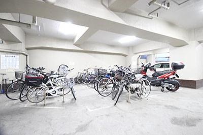 屋内駐輪場もございます。使用条件等はお問い合わせください