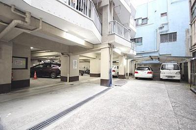 敷地内駐車場です。空き状況等はお気軽にお問い合わせください