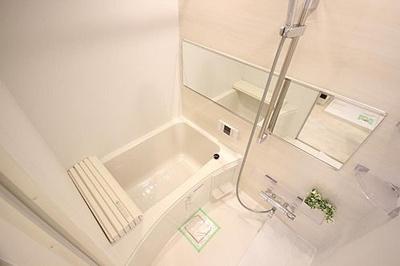 一日の疲れを癒やすバスルームには便利な浴室乾燥機、追焚付
