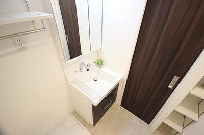 洗面スペースには室内洗濯機置場や収納もございます