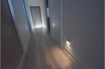 廊下部分にはフットライトも設置されており夜間に便利です。