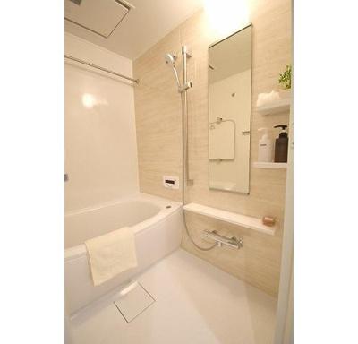 浴槽に浸かって一日の疲れがいやせるバスルームです。
