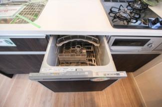 キッチンには日々の家事に便利な食器洗浄乾燥機付。水道の節約にも。